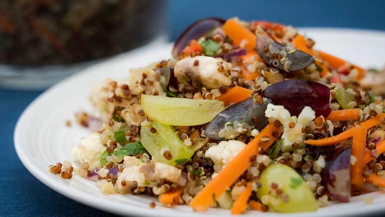 סלט קינואה אדומה עם ירקות וענבים