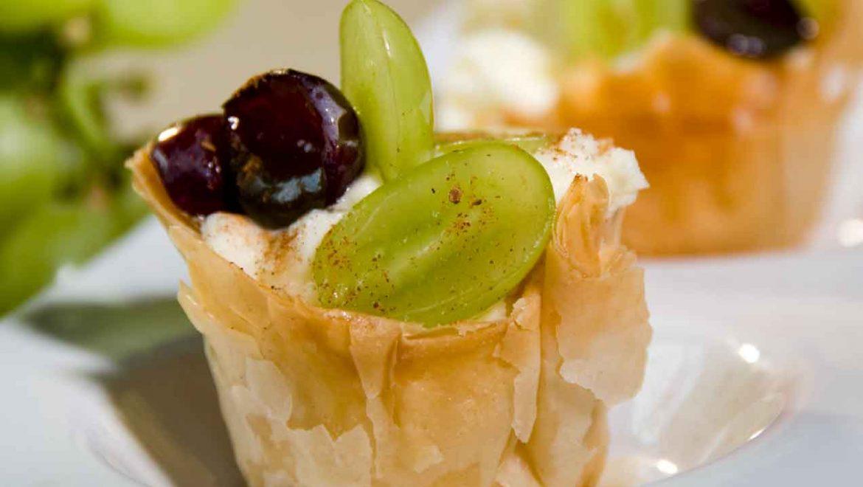 כוסות פילו במילוי קרם וניל וענבים מזוגגים