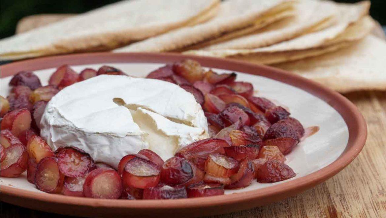 גבינת קממבר ברוטב ענבים